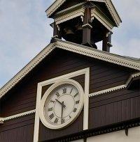 Старинные часы на часовне