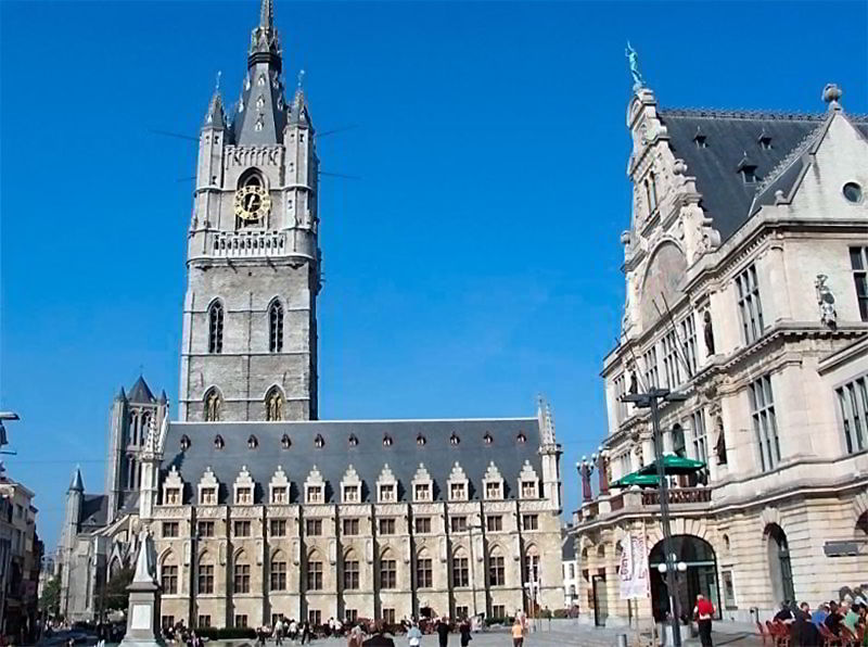 Старинная башня с часами в Бельгии