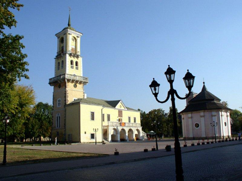 Старинные часы на башне городской ратуши