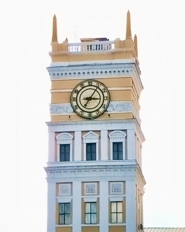 Часы на железнодорожном вокзале в Харькове