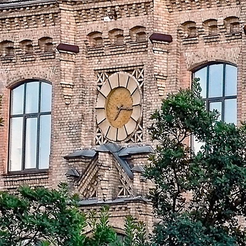 Часы на фасаде Киевского политехнического института