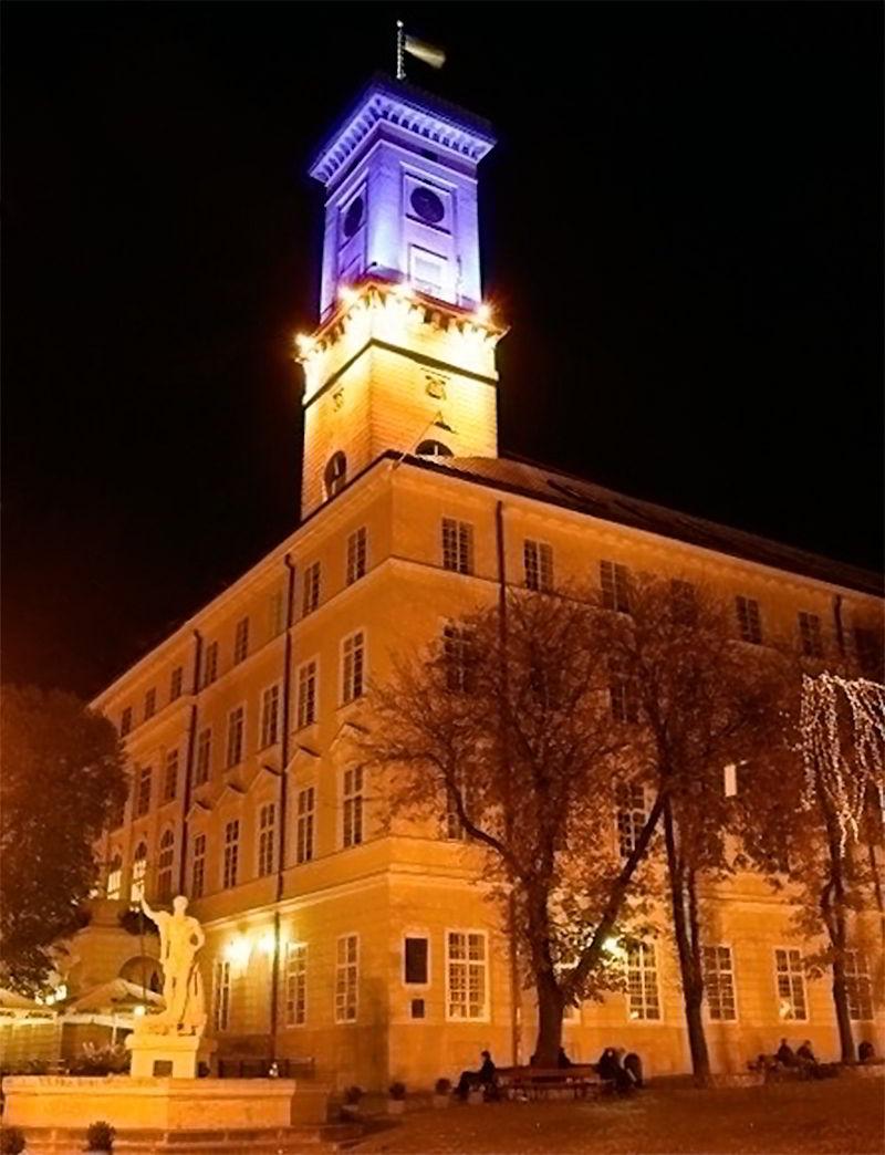 Старинные часы на ратуше во Львове