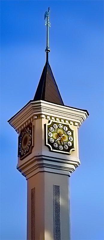 Часы на башне кукольного театра в Киеве